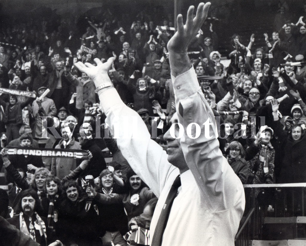 stokoe-salutes-the-crowd-v-arsenal-1973-semi-final
